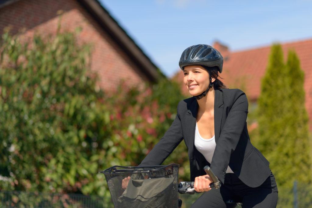 Durch das Tragen von Helmen steigt die Risikobereitschaft, was vermehrte Unfälle zur Folge haben kann. (Bild: Lars Zahner/fotolia.com)