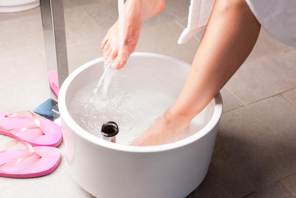 Gegen kalte Füße haben sich Fußbäder als Hausmittel vielfach bewährt. (Bild: Kzenon/fotolia.com)