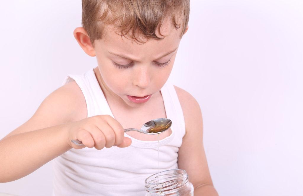 Honig ist ein vielfach bewährtes Hausmittel gegen Husten bei Kindern. (Bild: Rıza/fotolia.com)