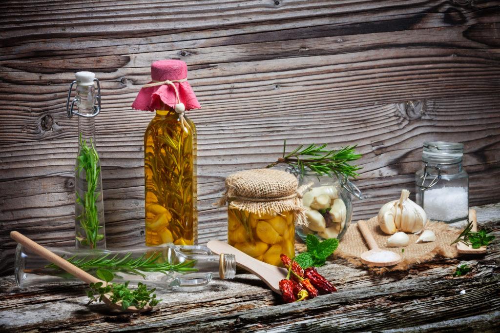 In selbst hergestellten Kräuterölen können sich bei der Lagerung gefährliche Bakterien vermehren. (Bild: fotoknips/fotolia.com)