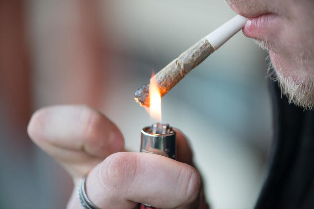 Nach dem Rauchen von vermeintlich harmlosen Kräutermischungen drohen schwere Bewustseinsstörungen und Kreislaufbeschwerden. (Bild: pe3check/fotolia.com)