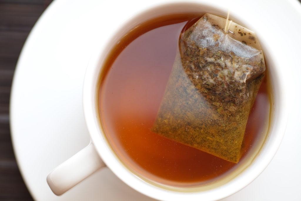 Viele Kräutertees enthalten Rückstände von Pflanzengiften, die gesundheitliche Schäden verursachen können. (Bild: torsakarin/fotolia.com)