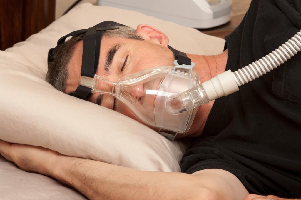 Mit einer spezielle Atemmaske lassen sich die nächtlichen Atemaussetzer und ihre gesundheitlichen Folgen in der Regel vermeiden. (Bild: BVDC/fotolia.com)