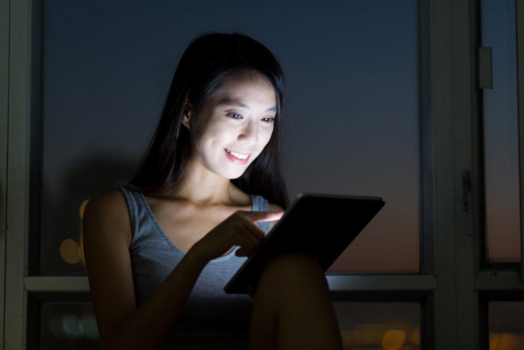 Die intensive Nutzung von Social Media-Plattformen wird in Zusammenhang mit Schlafstörungen gebracht. (Bild: leungchopan/fotolia.com)