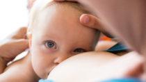 Hundertausende Kinderleben weltweit könnten jährlich gerettet werden, wenn mehr Mütter ihre Kinder stillen würden. (Bild: cicisbeo/fotolia.com)