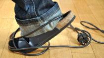 Nicht nur rumliegende Gegenstände bilden unnötige Stolperfallen für Senioren, auch hohe Schwellen und Stufen sind hier mitunter ein Risiko. (Bild: Dan Race/fotolia.com)