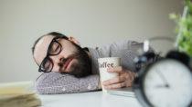 Viele Menschen sind in den Wintermonaten chronisch müde und antriebslos. (Bild: katie_martynova/fotolia.com)
