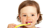 Viele Kinder lassen sich nur schwer zum Zähneputzen motivieren. (Bild: athomass/fotolia.com)