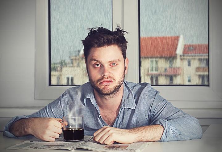 Alkoholkater: Kopfschmerzen, Müdigkeit und Übelkeit. Bild: vasakna - fotolia