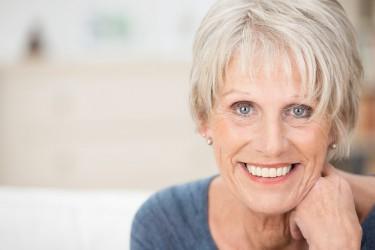 Lächelnde ältere Frau mit Lachfalten
