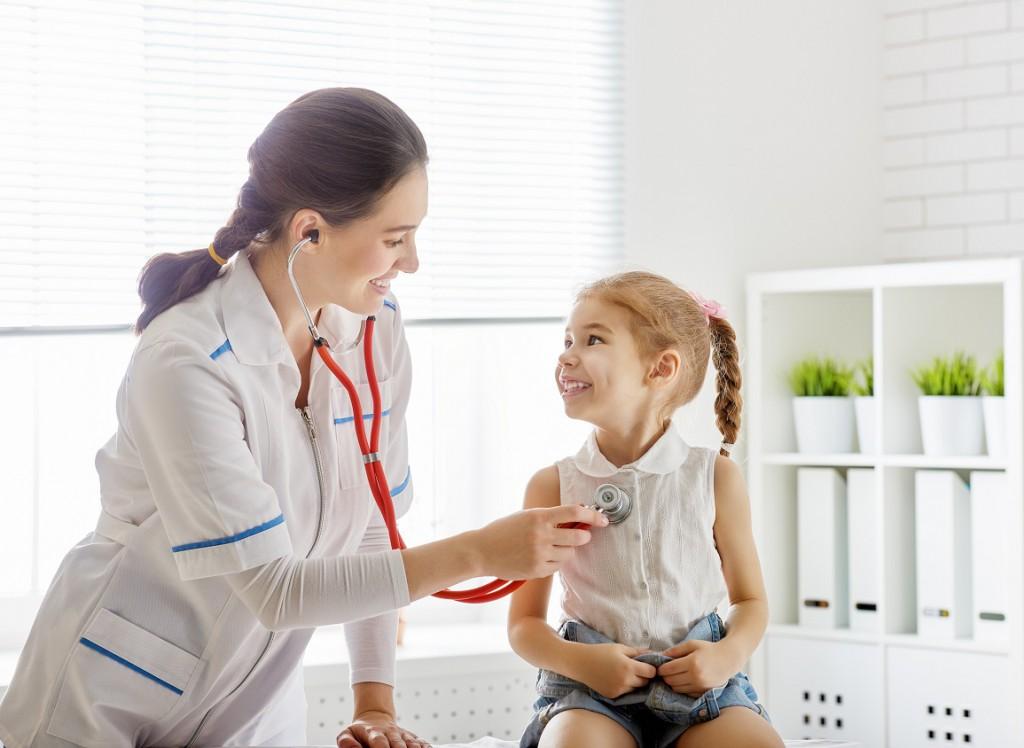 """Hält das Erbrechen über einen längeren Zeitraum an, sollte zügig ein Kinderarzt aufgesucht werden. Um so dringender, wenn das Kind schon einen """"ausgetrockneten Eindruck"""" macht. Bild: Konstantin Yuganov - fotolia"""