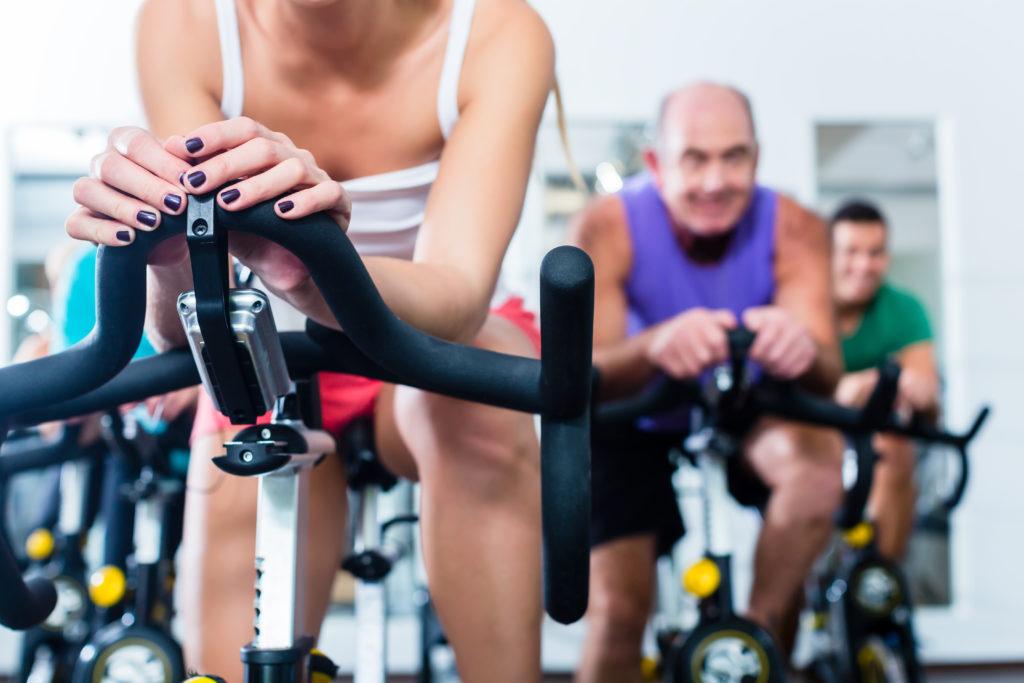 Spinning ist auch für Ältere und Übergewichtige geeignet. Bild: Kzenon - fotolia