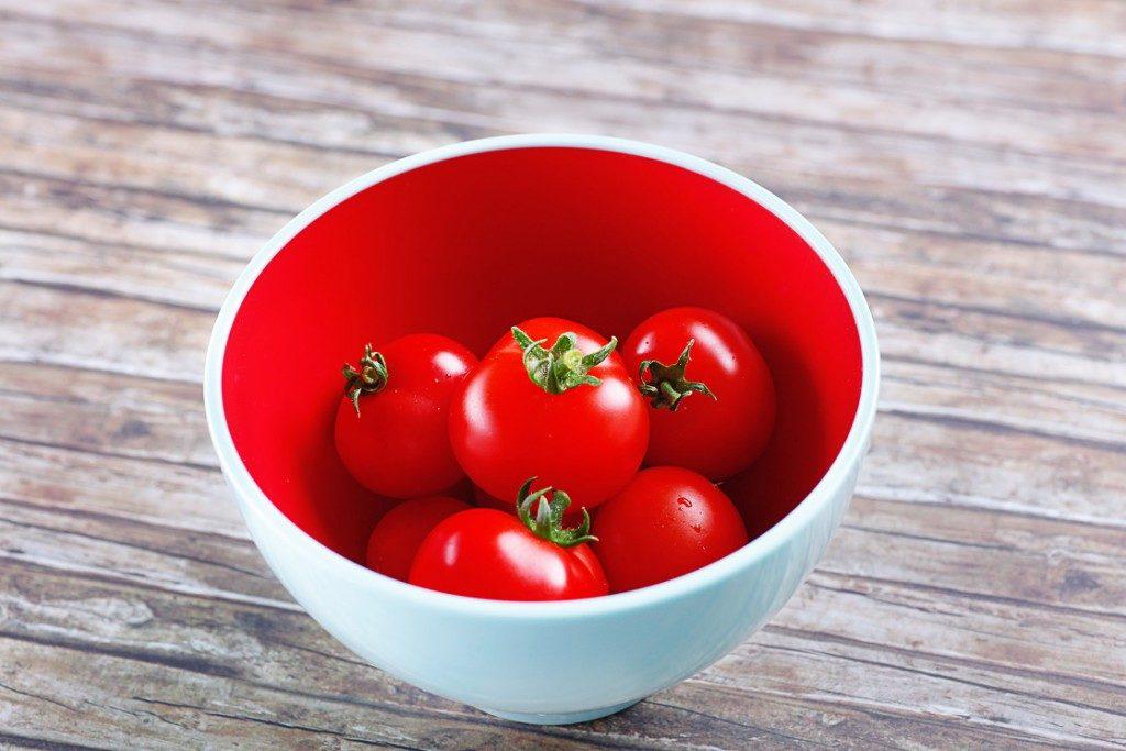 Der grüne Strunk sollte nach Möglichkeit immer entfernt werden. Bild: Grünen Tomatenstrunk besser entfernen. Bild: myFood - fotolia