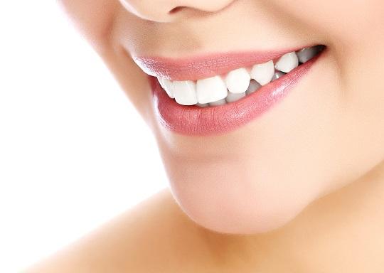 Weiße Zähne sind kein Geheimnis. Bild: Nobilior – fotolia