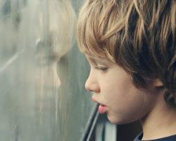 Kinder mit Autismus haben erhebliche Schwierigkeiten sich in soziale Beziehungen einzubringen und wirken auf Außenstehenden oft wie Eigenbrödler. (Bild: dubova/fotolia.com)
