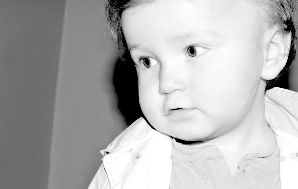 """Autistische Kinder meiden im Gegensatz zu """"normalen"""" Kindern oftmals schon im frühen Lebensalter den Blickkontakt. (Bild: Lucian Milasan/fotolia.com)"""