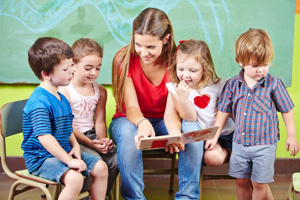Bei der Erziehung autistischer Kinder wird auch das Fachpersonal vor erhebliche Herausforderungen gestellt. (Bild: Robert Kneschke/fotolia.com)