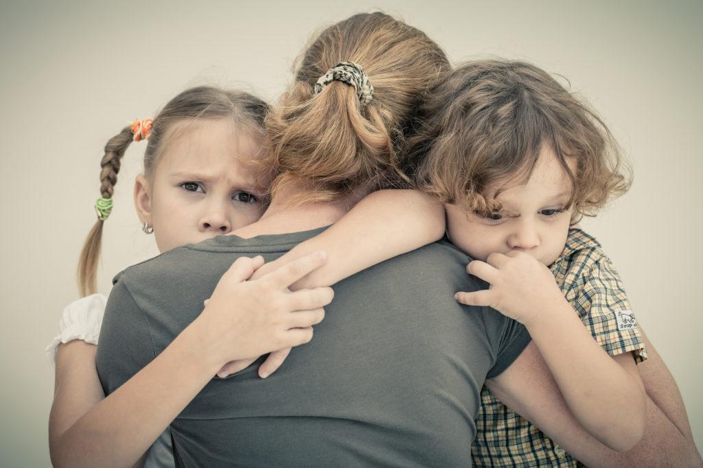 Kinder von depressiven Eltern zeigen deutlich schlechtere schulische Leistungen. (Bild: altanaka/fotolia.com)