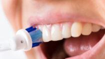 Elektrische Zahnbürsten sind praktisch in der Handhabung, doch sollten bei der Auswahl einige wichtige Details beachtet werden. (Bild: Andrey Popov/fotolia.com)