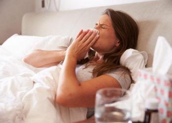 """Auch bei sommerlichen Temperaturen können uns Husten, Schnupfen, und Heiserkeit plagen. Viele reden dann von einer """"Sommergrippe"""". Doch gibt es solch eine Art der Grippe wirklich? (Bild: Monkey Business/fotolia.com)"""