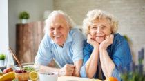 Im Alter um die siebzig sind Menschen tendenziell am glücklichsten. (Bild: pressmaster/fotolia.com)