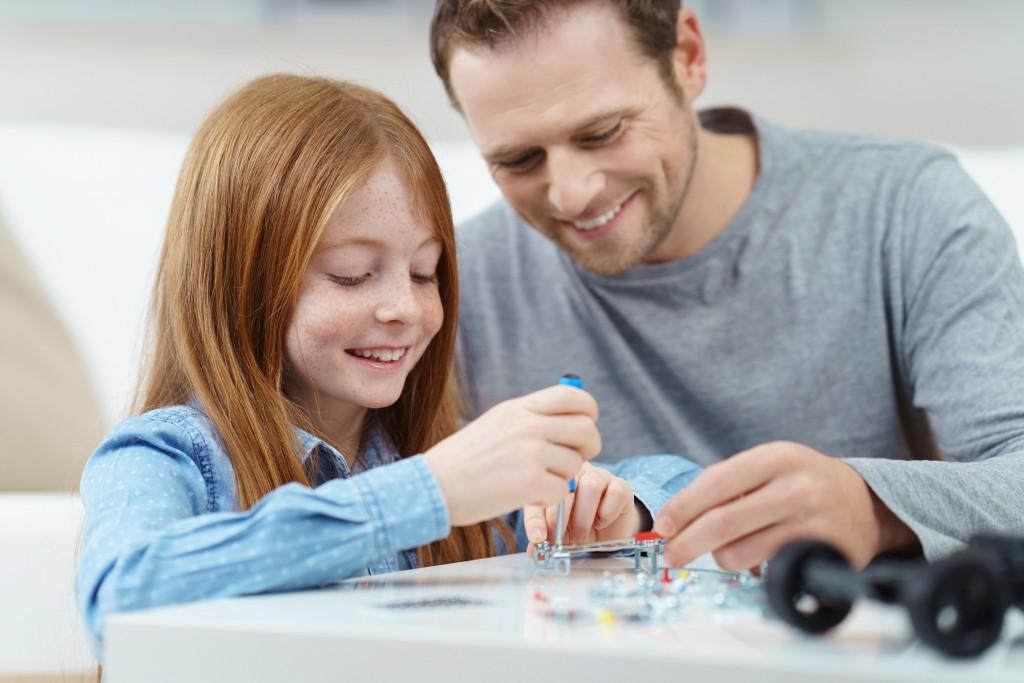 Hochbegabte Kinder sollten sowohl in der Schule als auch im außerschulischen Umfeld besonders gefördert und gefordert werden. (Bild: contrastwerkstatt/fotolia.com)
