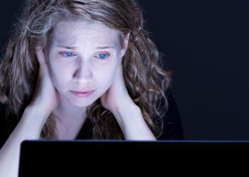 Zwar sind Jungen häufiger von eienr Internetsucht betroffen, doch auch viele Mädchen zeigen eindeutige Hinweise uf ein Suchtverhalten. (Bild: Photographee.eu/fotolia.com)
