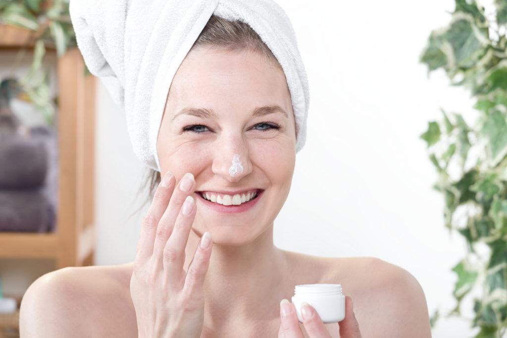 Weiterhin enthalten viele Kosmetikprodukte äußerst bedenkliche hormonell wirksame Substanzen. (Bild: pagnacco/fotolia.com)