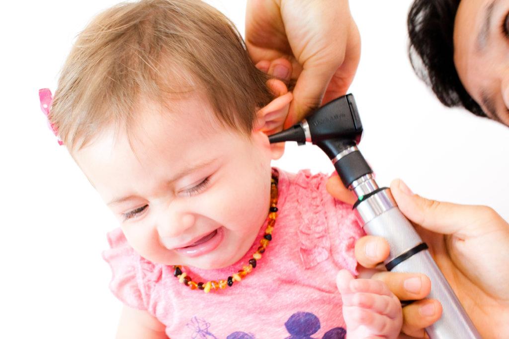 Bei einer Mittelohrentzündung ist ein zeitnaher Arztbesuch zu empfehlen. (Bild: topshots/fotolia.com)