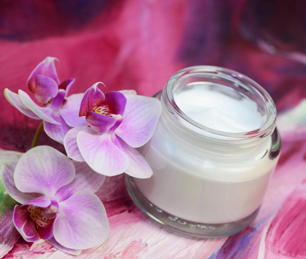 Zertifizierte Naturkosmetik ist garantiert frei von hormonell wirkende Substanzen. (Bild: Printemps/fotolia.com)