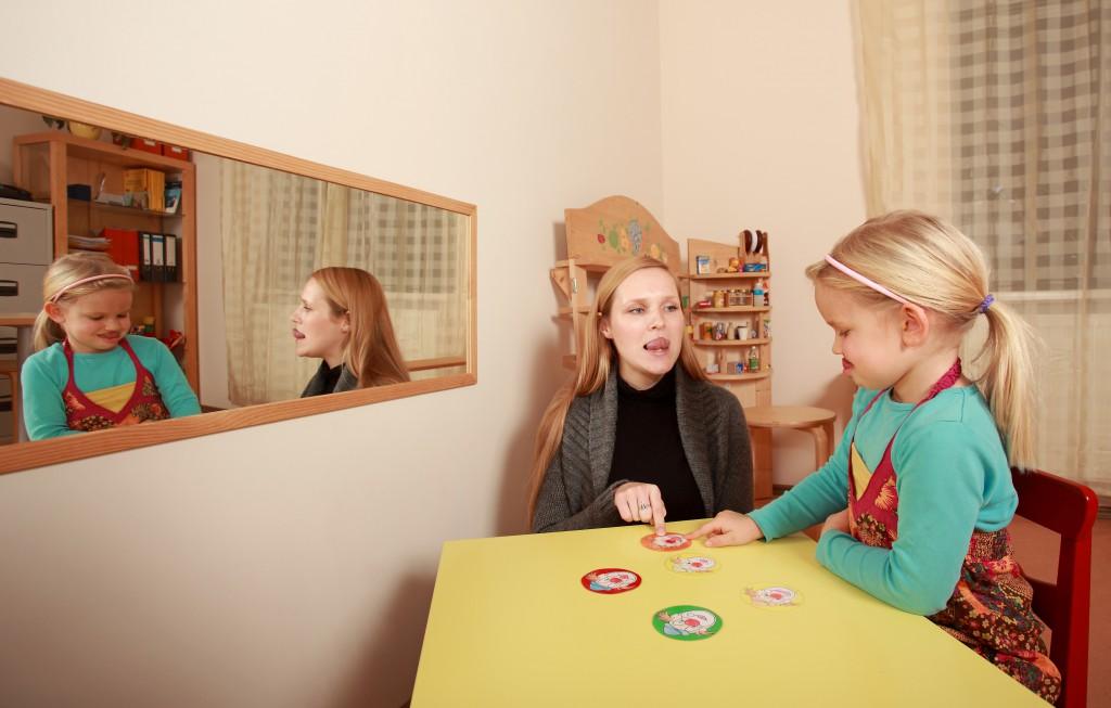 Die Sprachentwicklung ist bei Autismus häufig beeinträchtigt, wobei die Logopädie hier nicht nur bei der Diagnose sonder auch bei der Behandlung hilfreich sein kann. (Bild: photowahn(/fotolia.com)