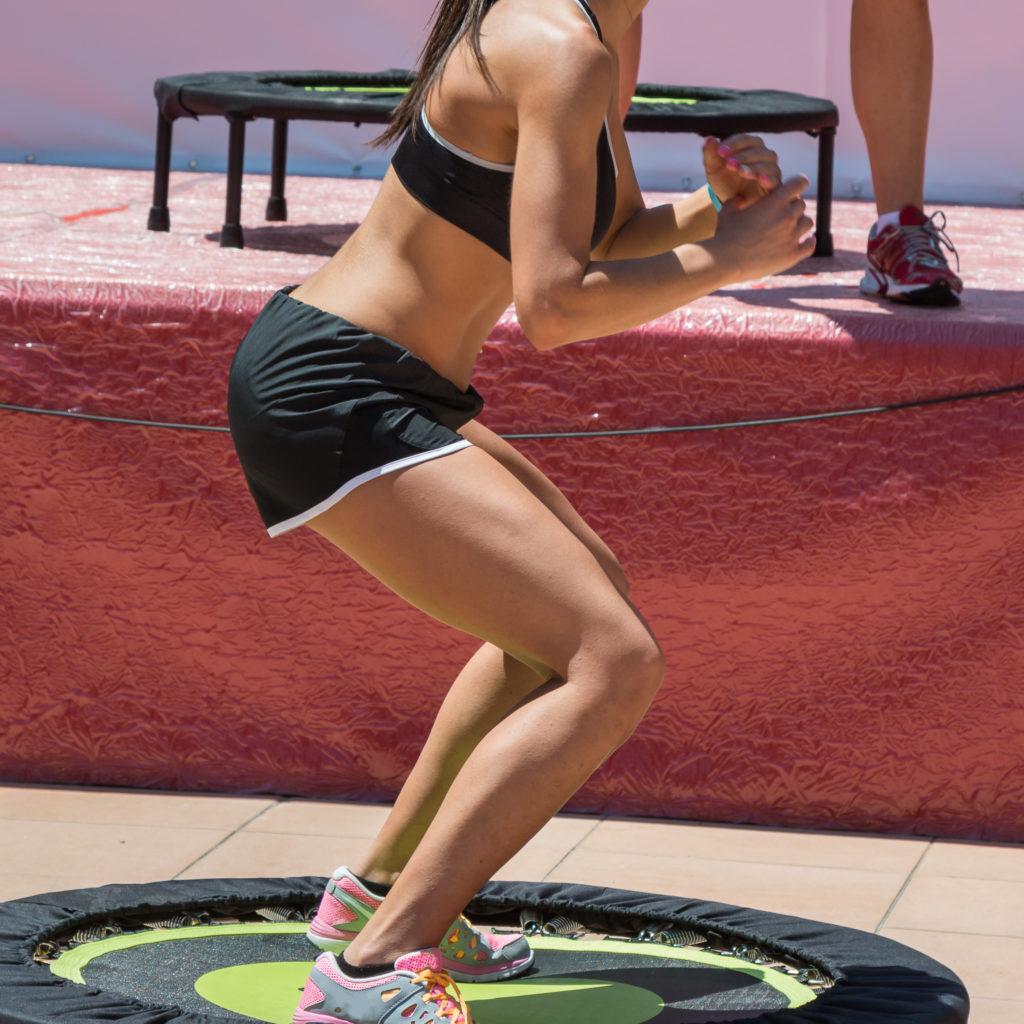 Das Training auf dem Trampolin liegt derzeit als Fitness-Programm im Trend. (Bild: GioRez/fotolia.com)