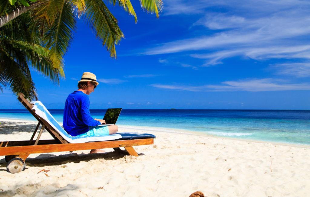 Die Urlaubsplanung führt in vielen Betrieben zu Konflikten und nicht selten sind Beschäftigte auch während der Urlaubszeit mit beruflichen Dingen beasst. (Bild: nadezhda1906/fotolia.com)