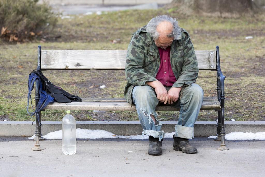 Immer wieder sterben Obdachlose, da sie zunächst die Kälte durch den übermäßigen Konsum von Alkohol nicht spüren. Bild: Thomas Reimer - fotolia