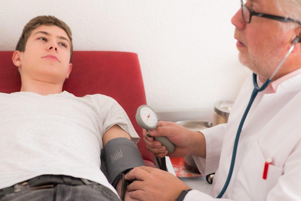 Ein niedriger Blutdruck kann Auslöser für Gleichgewichtsstörungen sein. Bild: Picture-Factory - fotolia