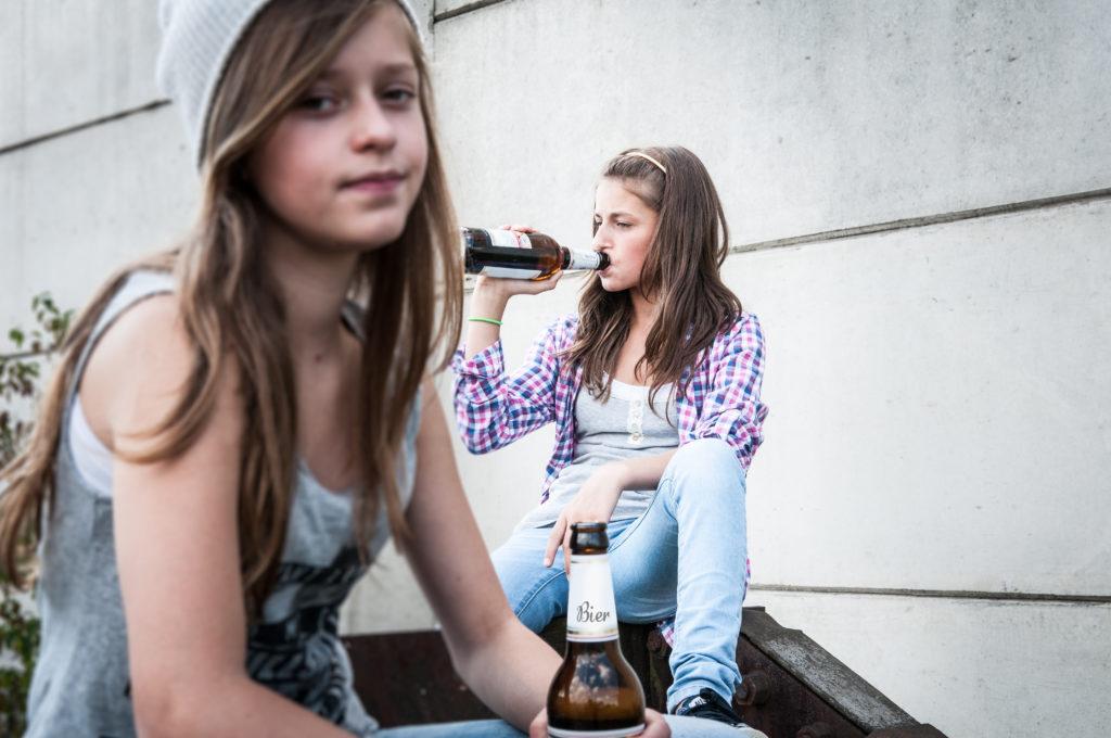 Mit Kindern über Alkohol und deren Gefahren offen sprechen. Bild: patrickjohn71 - fotolia