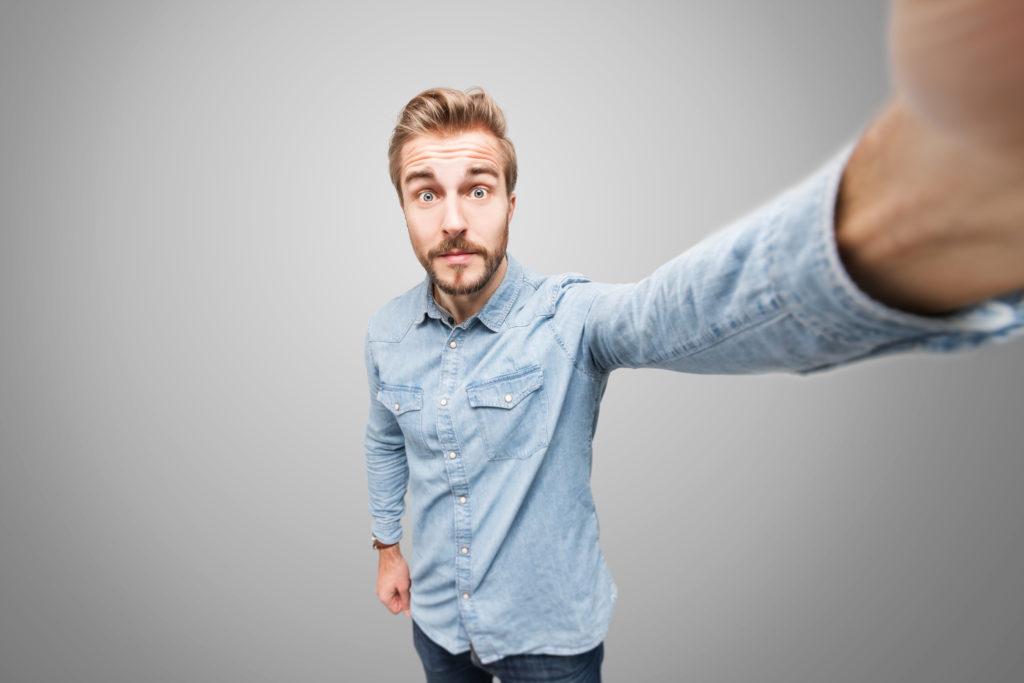 Selfies können Beziehungen schaden. Bild: lassedesignen -fotolia