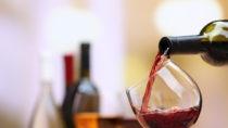 Frühere Studien haben auf einen gesundheitlichen Vorteil durch mäßigen Alkoholkonsum hingedeutet. Eine große Untersuchung kanadischer Wissenschaftler kommt nun zu anderen Ergebnissen. (Bild: Africa Studio/fotolia.com)