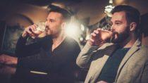 Schon der Geruch von Alkohol benebelt unsere Sinne und kann dazu führen, dass wir mehr davon trinken. Das haben britische Forscher herausgefunden. (Bild: Nejron Photo/fotolia.com)