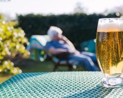Volles Bierglas auf einem Tisch im Freien