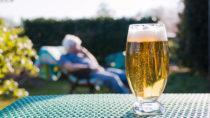 Ein Gläschen Bier oder Wein mit Freunden oder zum Essen ist kein Problem. Doch oft wird Alkohol zur Gewohnheit. Experten geben Tipps, wie der Konsum gesenkt werden kann. (Bild: GChristo/fotolia)