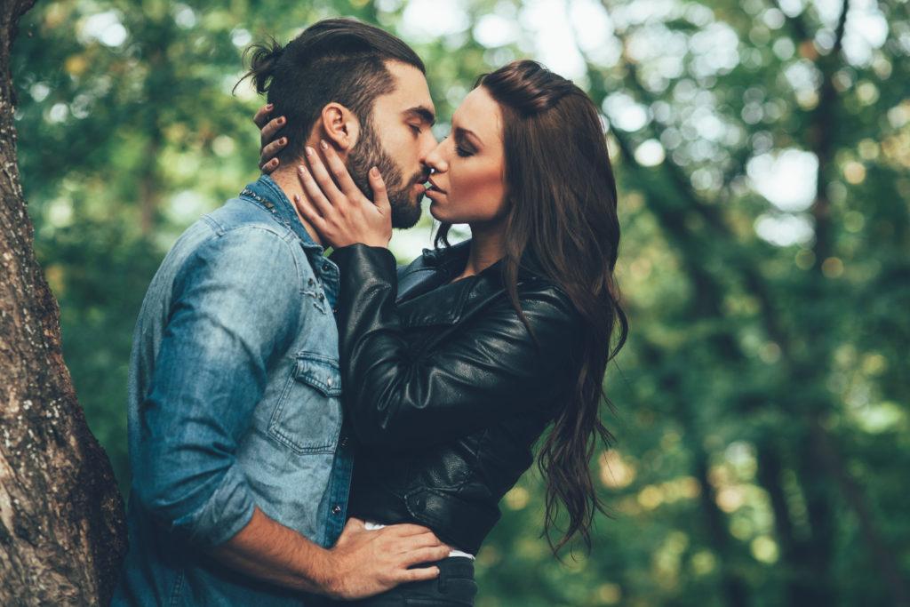 Wissenschaftler fanden jetzt heraus, warum wir unsere Aguen beim Küssen schließen. (Bild: djile/fotolia.com)