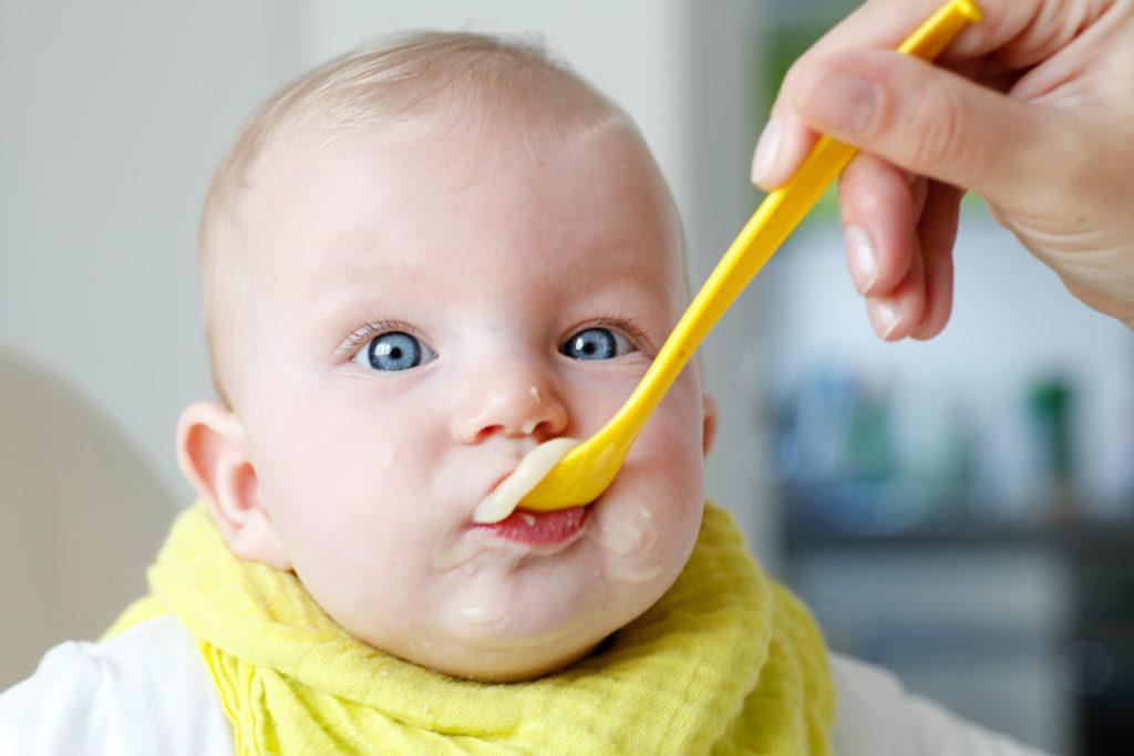 Wenn Babys auf ihrer Hand kauen, ist dies eine Zeichen dafür, dass sie langsam bereit für Beikost sind. (Bild: Reicher/fotolia.com)