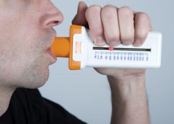Bei Verdacht auf eine chronisch-obstruktive Lungenerkrankung ist eine Überprüfung der Lungenfunktion erforderlich. Auch nach feststehender Diagnose sollten Betroffen jedoch dringend auf ausreichend körperliche BEwegung achten da diese positive Auswirkungen auf den Krankheitsverlauf hat. (Bild: Firma V/fotolia.com)