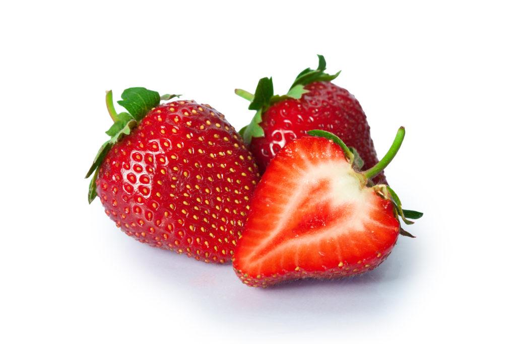 Zwar sind Erdbeeren heutzutage das ganze Jahr über im Supermarkt erhältlich, doch schmecken die Früchte aus der heimischen Ernte meist besser. (Bild:missty/fotolia.com)