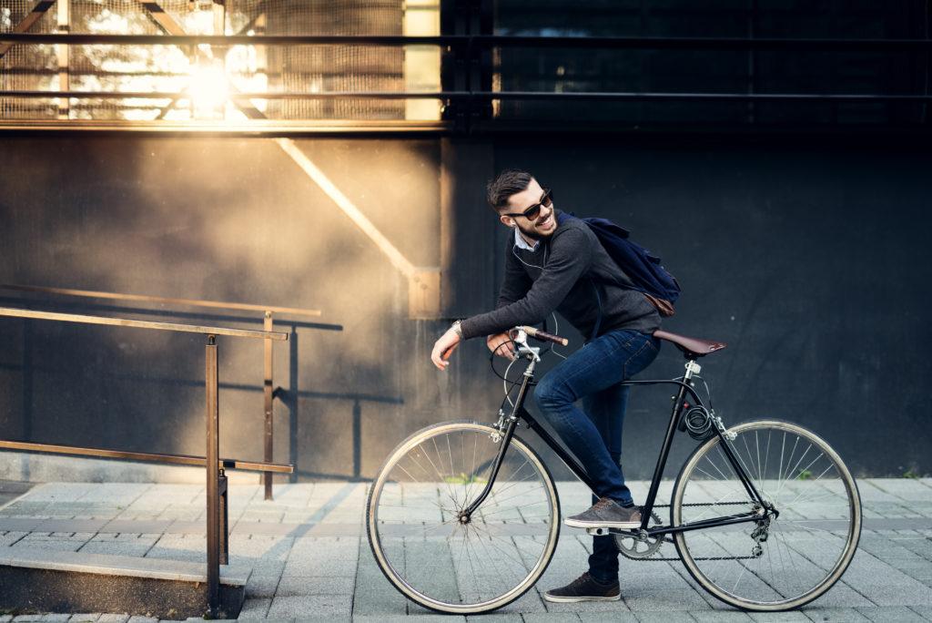 Ein aktiver Weg zum Arbeitsplatz, beispielweise mit dem Fahrrad oder öffentlichen Verkehrsmitteln, hilft uns abzunehmen und senkt unseren BMI. (Bild: bernardbodo/fotolia.com)