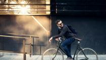 Ein aktiver Weg zum Arbeitsplatz,beispielweise mit dem Fahrrad oder öffentlichen Verkehrsmitteln, hilft uns abzunehmen und senkt unseren BMI. (Bild: bernardbodo/fotolia.com)