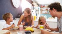 Schüler sollten frühstücken, um bessere Leistungen in der Schule zu bringen. Ein doppeltes Frühstück zu Hause und in der Schule führt nicht dazu, dass Kinder Fettleibig oder Übergewichtig werden. (Bild: Monkey Business/fotolia.com)