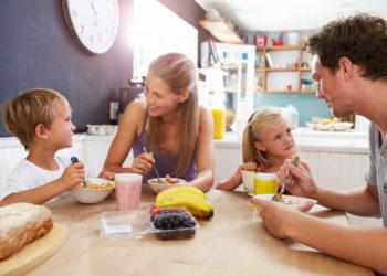 Manche Eltern streuen Zucker auf Lebensmittel wie Früchte oder Joghurt, um so die Kinder zu einer gesünderen Ernährungsweise zu animieren. Doch dieser Trick geht laut einer neuen Studie nach hinten los. (Bild: Monkey Business/fotolia.com)