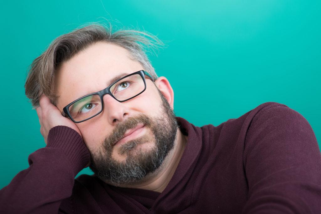 Manche Menschen kriegen schon in relativ jungen Jahren graue Haare. Die Ursache hierfür liegt offenbar in den Genen. (Bild: Picture-Factory/fotolia.com)